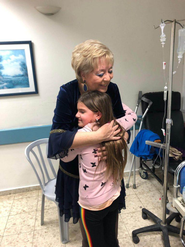 ראש העיר מרים פיירברג עם אריקה אחותו הקטנה של רגמן, בביקורה אמש בבית החולים