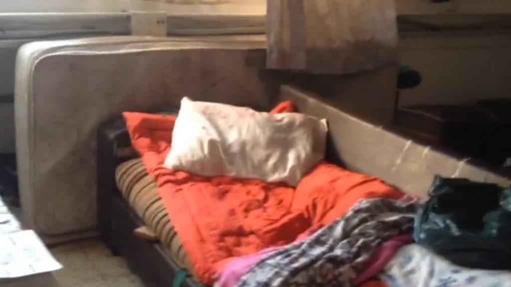 פינת השינה של א' במבנה הציבורי, זמן קצר לפני השריפה