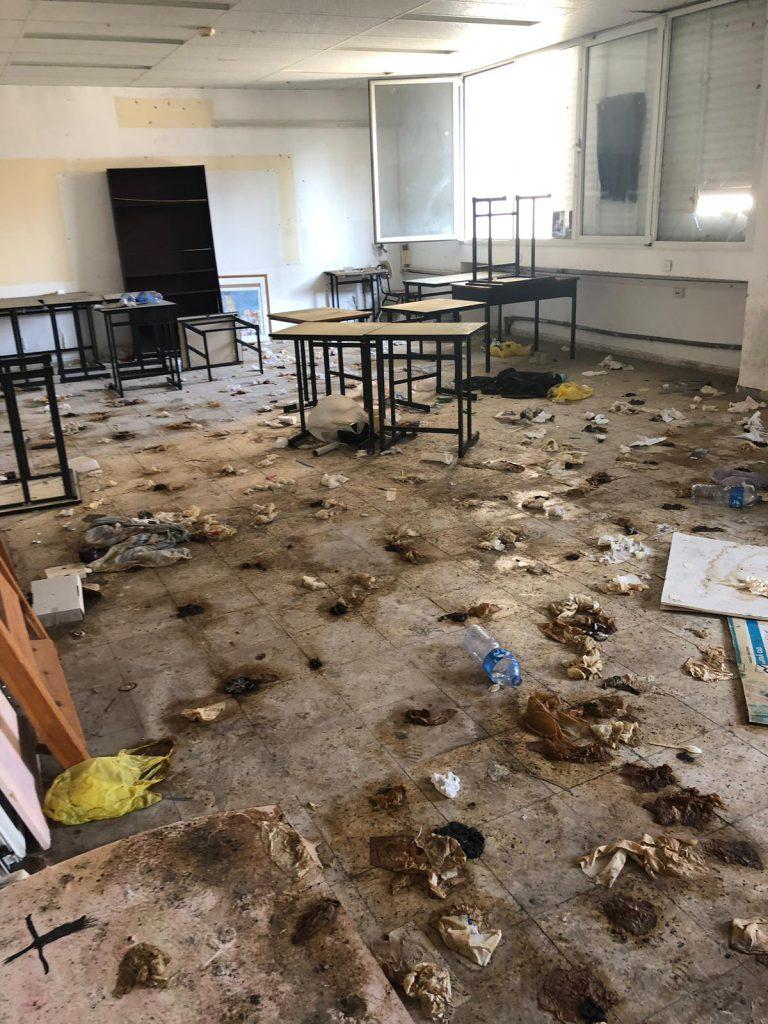 ערימות צואה מכסות את רצפת הכיתה