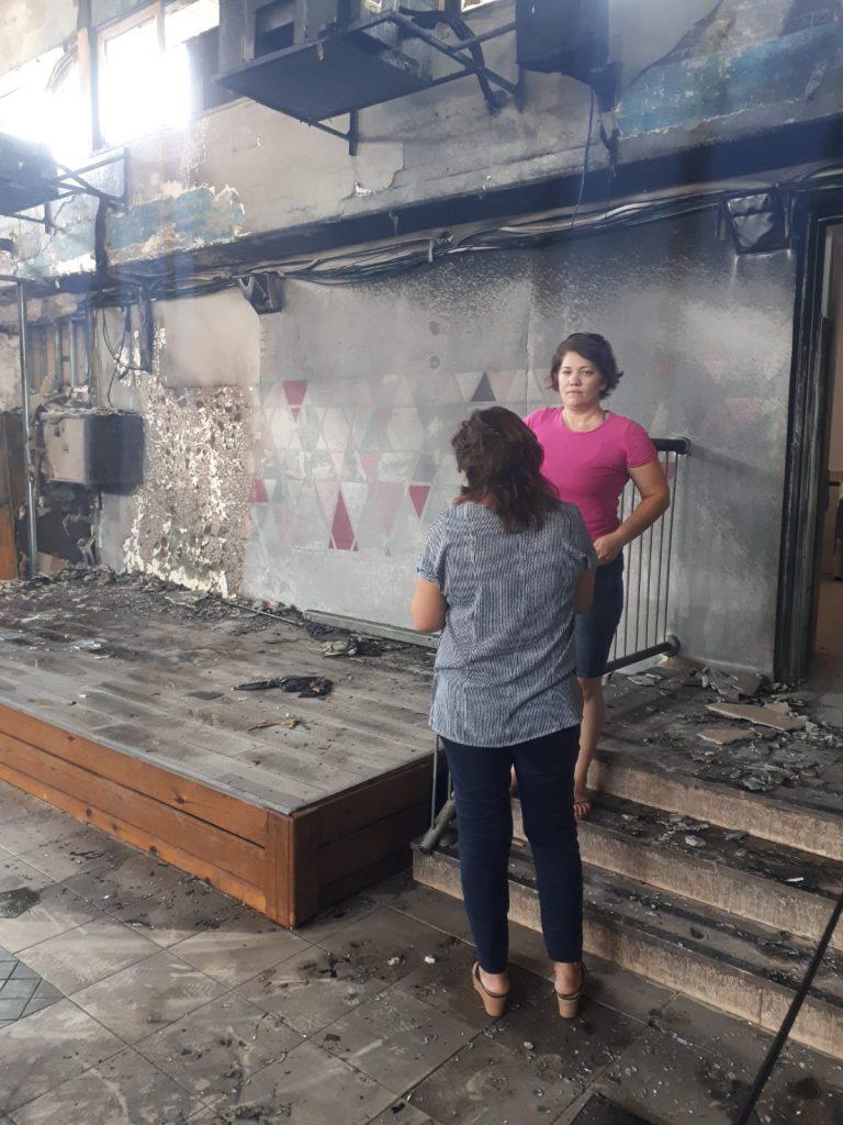 """סמדר דרומי וג'וליאנה בן אברהם, בוחנות את הנזקים במתנ""""ס השרוף"""