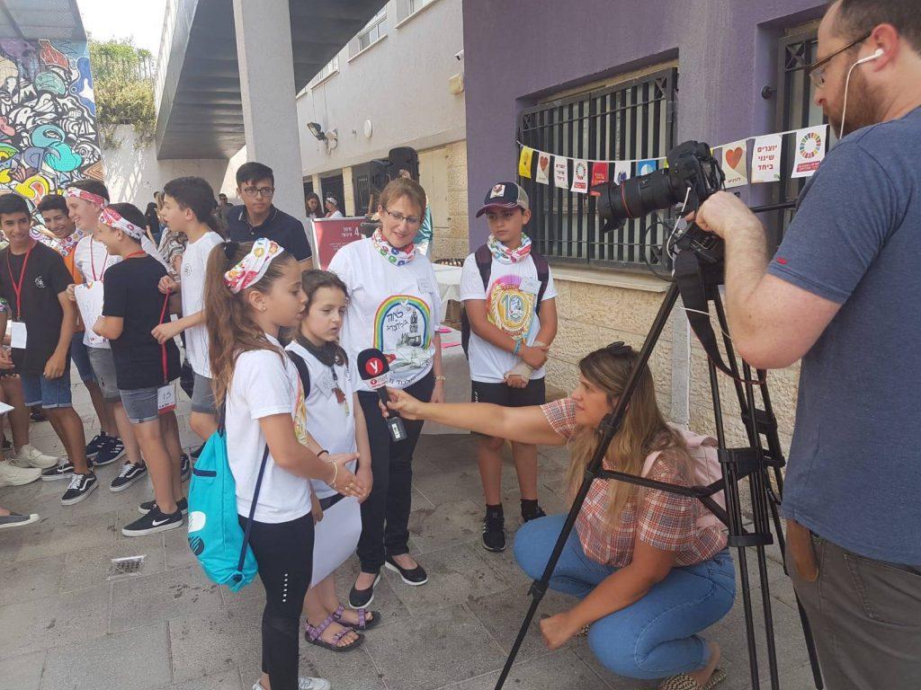 התלמידים מתראיינים לערוצי התקשורת בליווי המנהלת דיתי פרוור