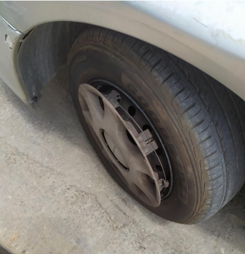"""""""שמתי לב שהטסה של הגלגל השמאלי מפורקת והבנתי שלא הייתה דרך אחרת לעשות את הסימון מתחת לרכב שליף מאשר להרים אותו."""""""