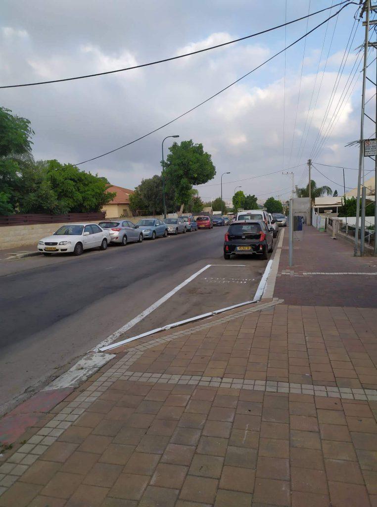 מצוקת חניה ברחוב וחנית הרכב השיתופי ריקה, צולם במזרח העיר