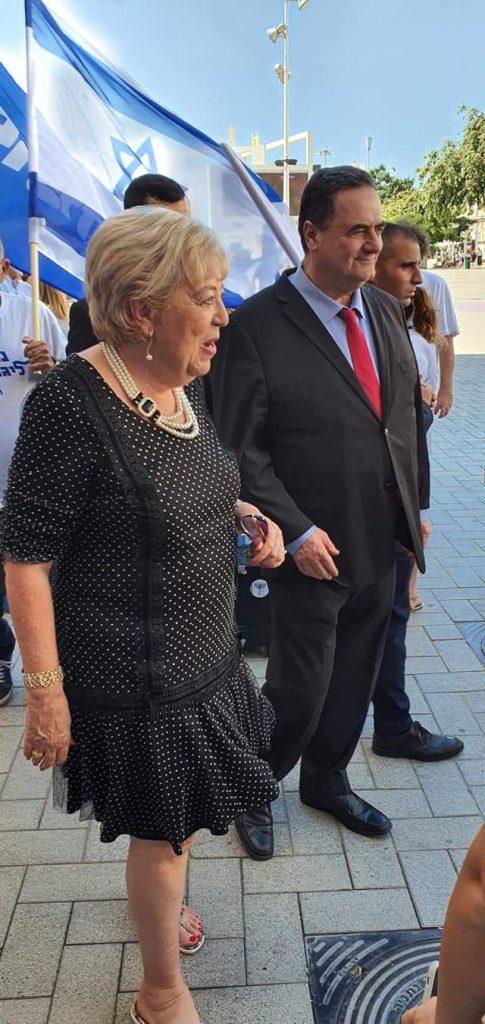 ראש העיר, מרים פיירברג איכר, לצד חבר הכנסת ישראל כץ מהליכוד, אמש ביום הבחירות