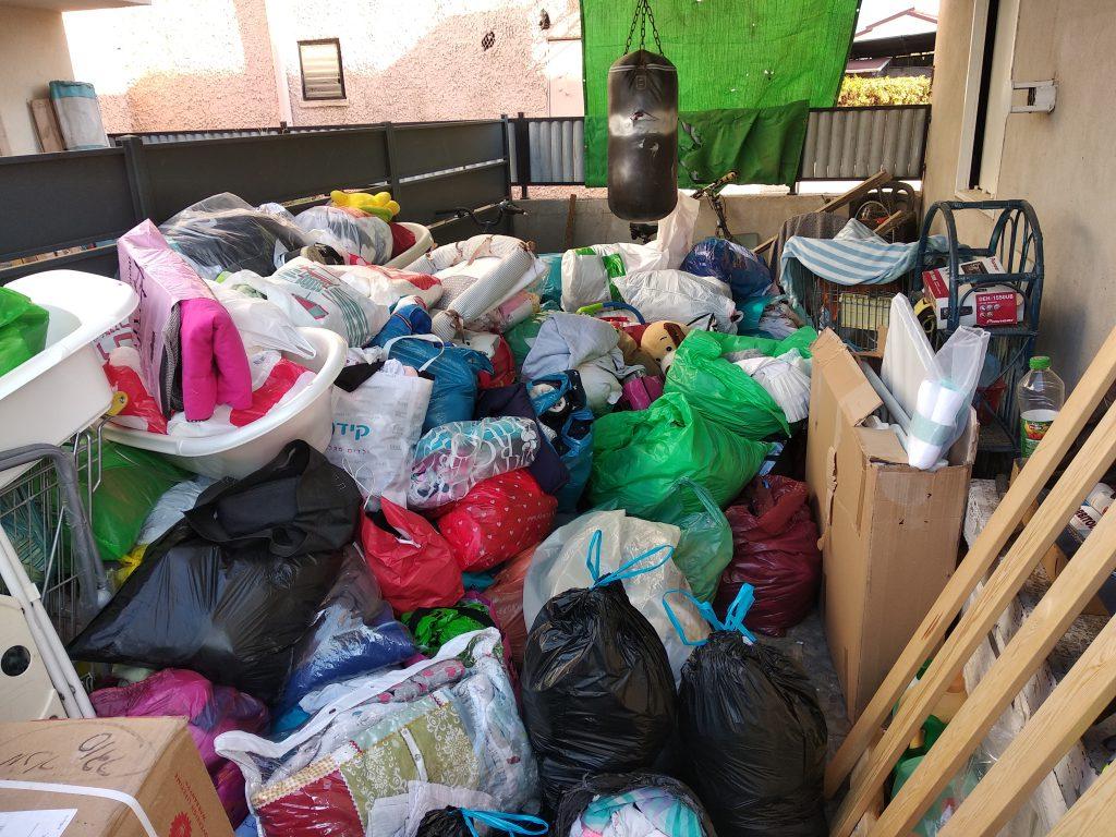 עשרות רבות של שקיות בגדים וציוד נתרמו
