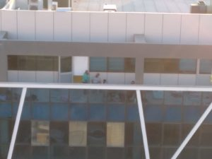 על גגות, בחצרות, באתרים ובדירות. מתחם לינת פלסטינים על גג קניון במזרח העיר