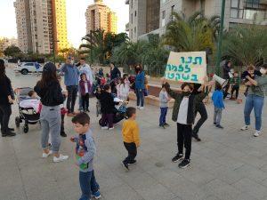 מתוך מחאת ההורים בכיכר הפיאנו