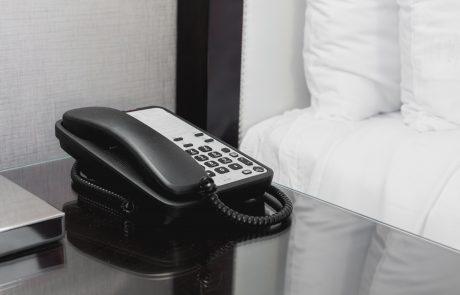 שירות החדרים במלון סרב לבצע הזמנה של פיצה והמבורגר לאותו החדר